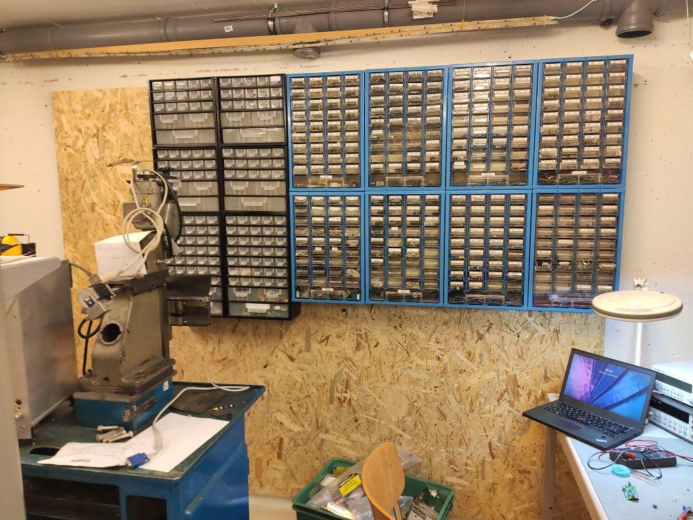 Holzwand mit Bauteilkästen